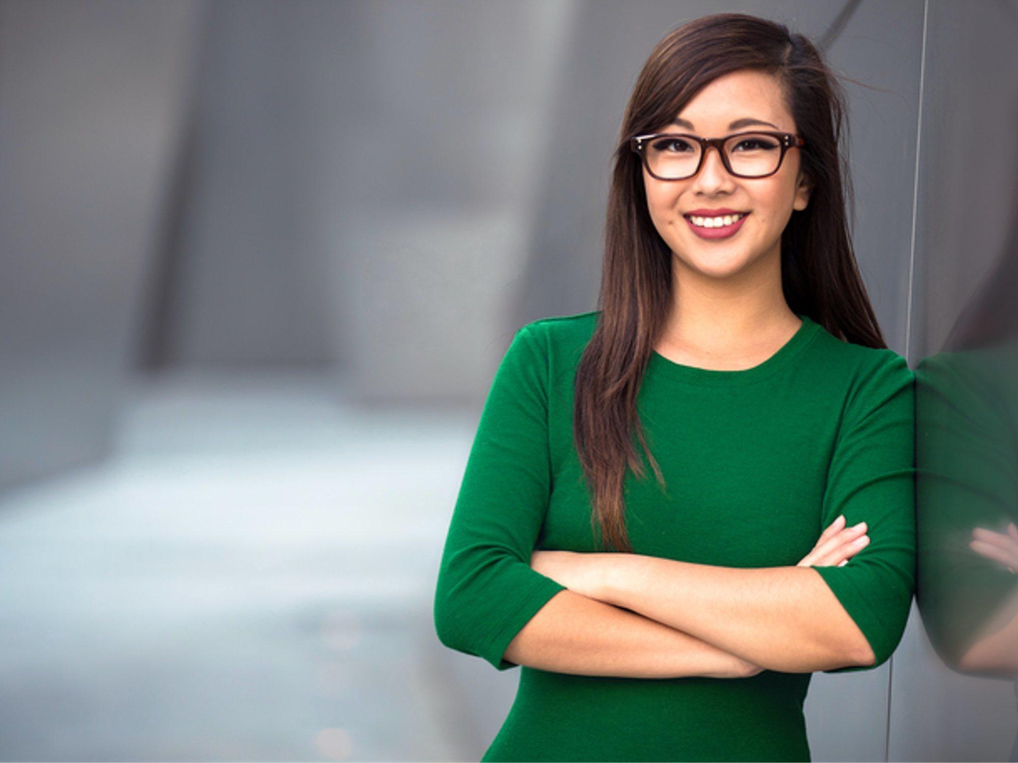 """Empresas japonesas prohíben las gafas a empleadas: """"Parecen poco femeninas, demasiado inteligentes"""""""