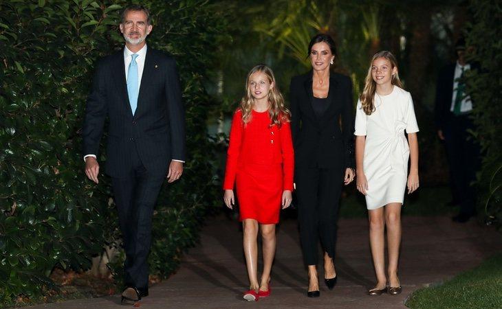 Los reyes Felipe VI y doña Letizia junto a sus hijas, la princesa Leonor y la infanta Sofía, en los premios de la Fundacíon Princesa de Girona