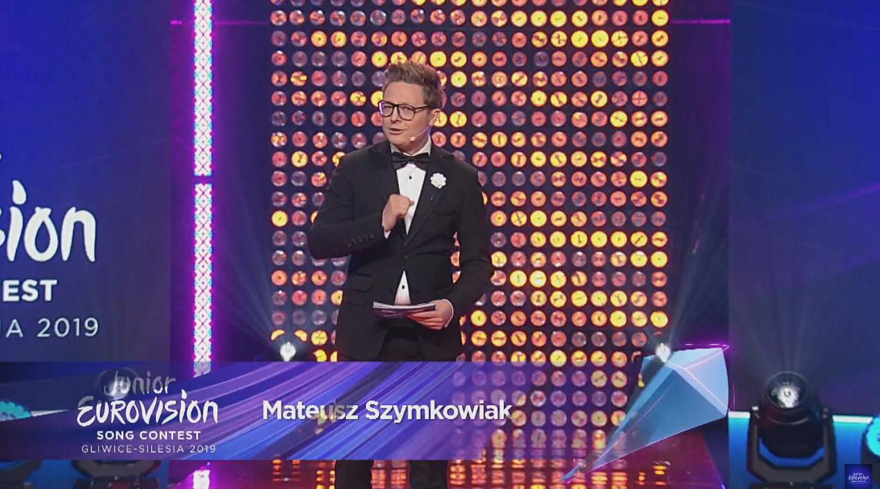 El presentador de la gala, Mateusz Szymkowiak, da la bienvenida a los espectadores de toda Europa, que siguen la transmisión a través del canal ...