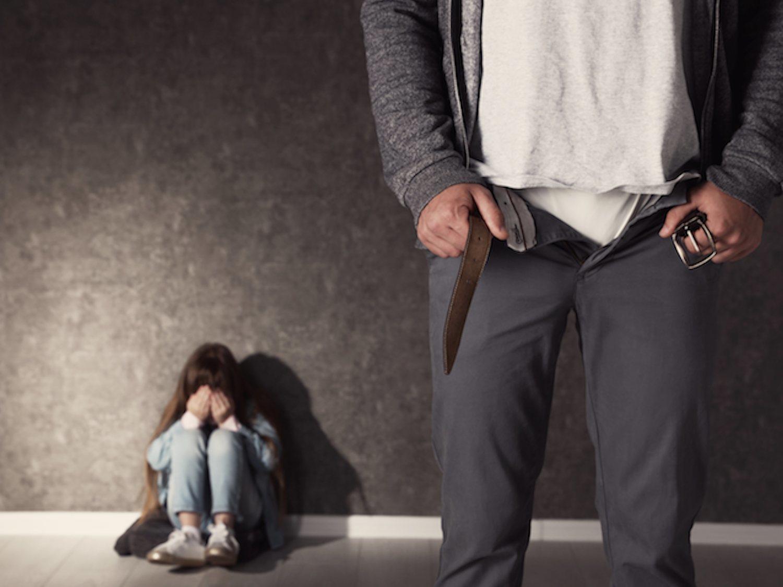 Viola y deja embarazada a su hijastra de 13 años con retraso madurativo