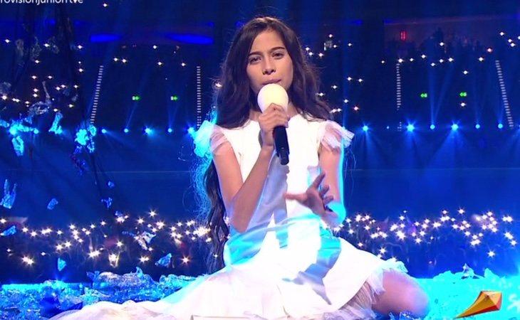 ¡Llega Melani, la representante de España en #EurovisionJunior , al escenario!