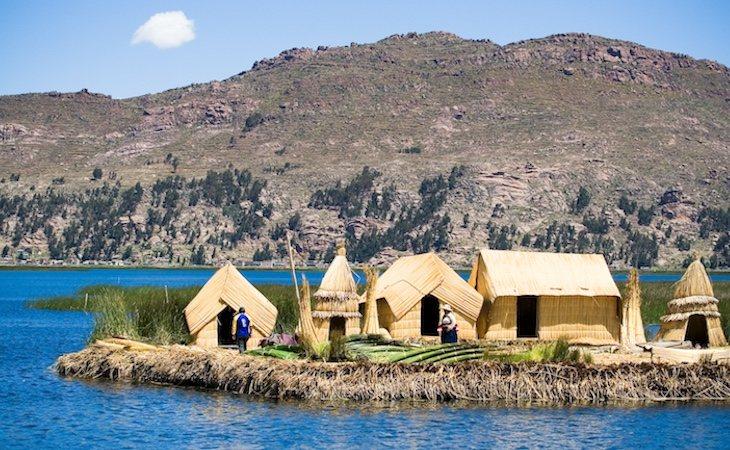 Los Uros viven en islotes del lago Titicaca
