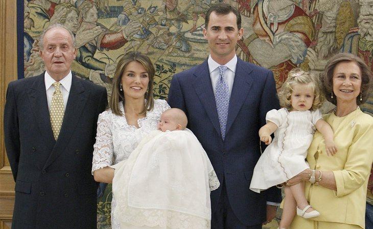 Don Juan Carlos, doña Letizia con su segunda hija la infanta Sofía, don Felipe y doña Sofía con Leonor en brazos