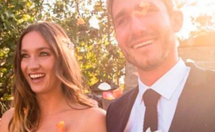 Fiona junto a su marido, el mismo día de su boda. Ahora, su amor es tan solo un recuerdo.