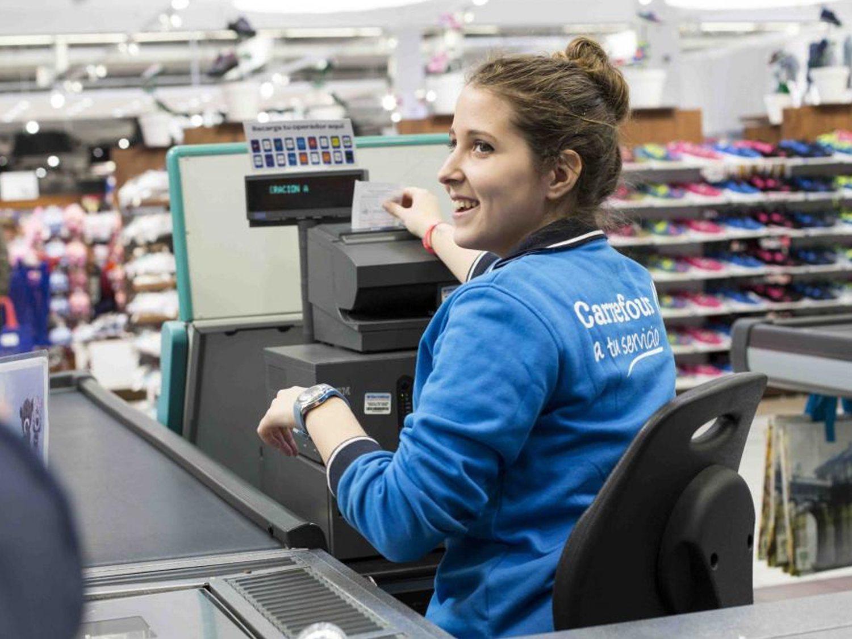 Trabajar en Carrefour: Así son las condiciones y salarios de sus dependientes y cajeros