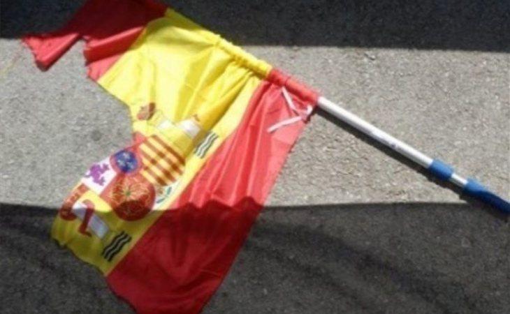 Así quedó la bandera española rajada