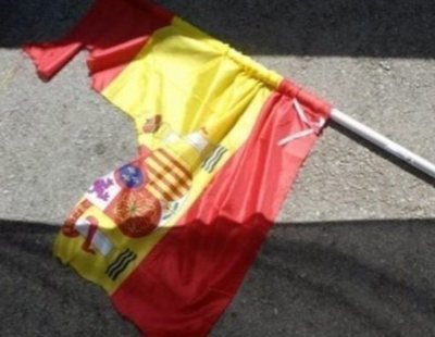 Condenan a tres independentistas por rajar una bandera de España con un cúter