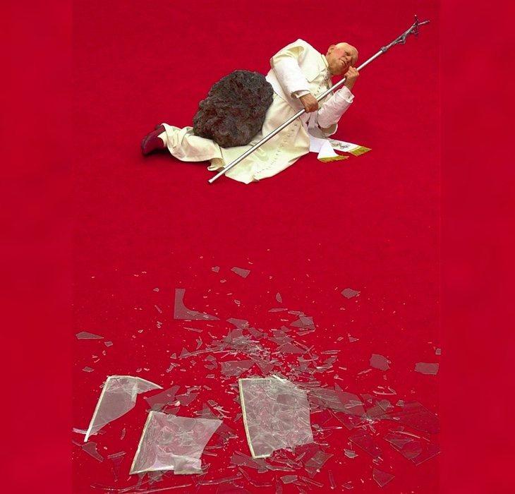 Maurizio Cattelan tiene varias obras polémicas en su historial, como esta del Papa impactado por un. meteorito
