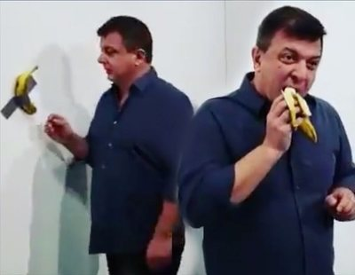 """Un visitante devora la obra del plátano de Cattelan en pleno museo """"porque también es arte"""""""