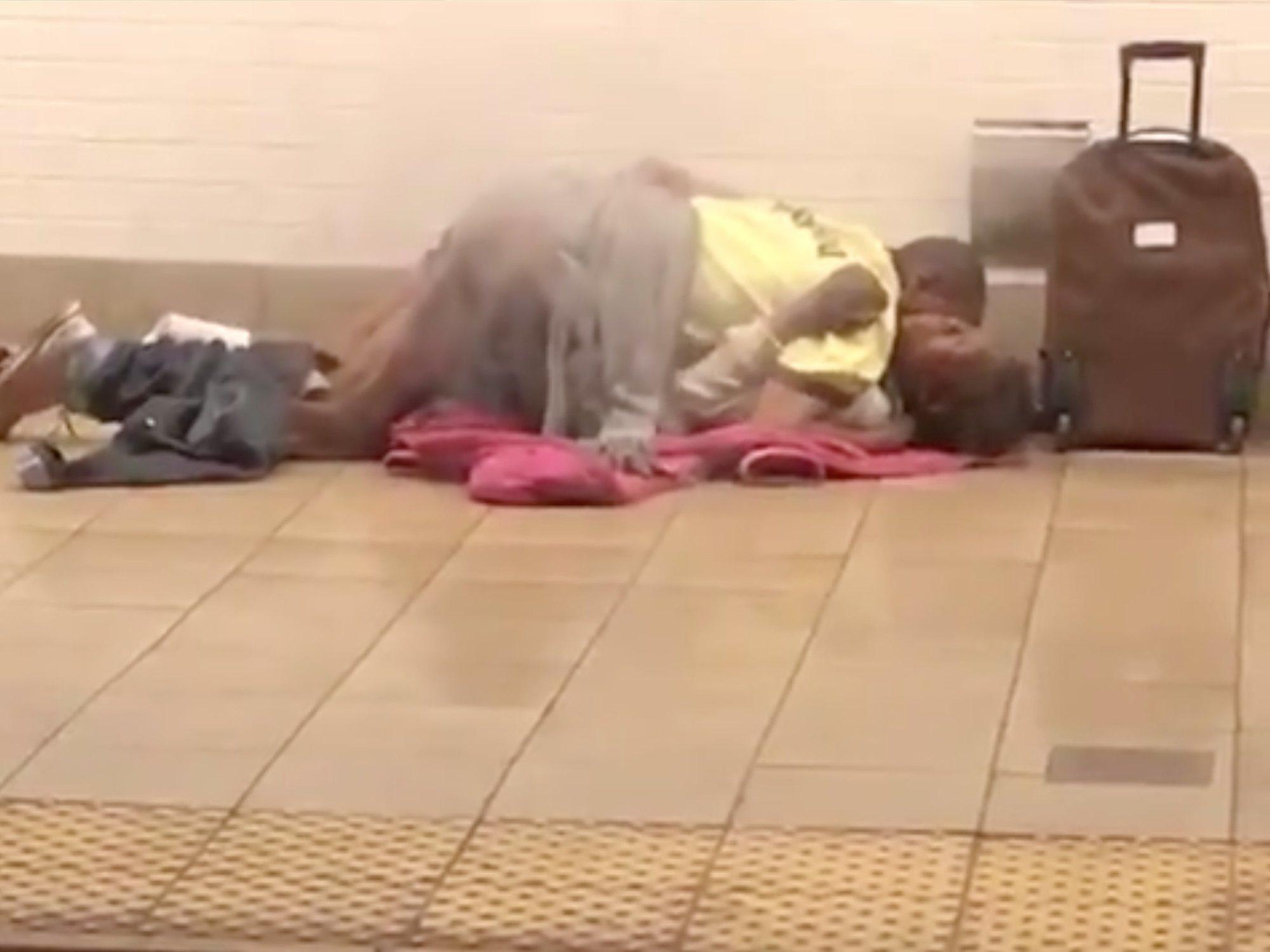 Graban a una pareja teniendo sexo en un andén del metro de Nueva York en plena hora punta