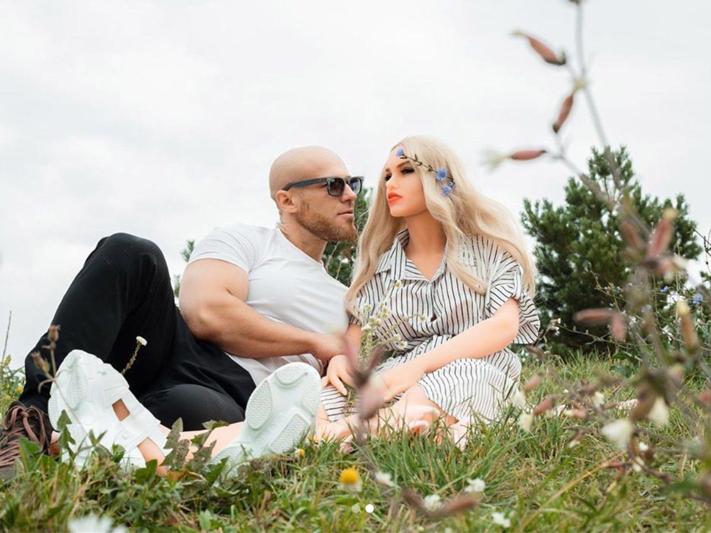Un fisioculturista anuncia su enlace matrimonial con su muñeca sexual hiperrealista