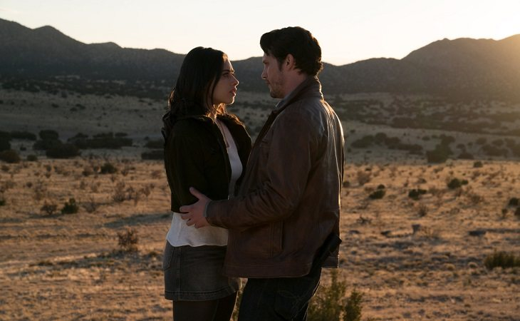 NAthan Parsons y Jeanine Mason en 'Roswell, New Mexico'