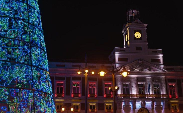 Como cada 31 de diciembre, miles de personas se congregarán frente al reloj de la Puerta del Sol de Madrid para dar la bienvenida al nuevo año