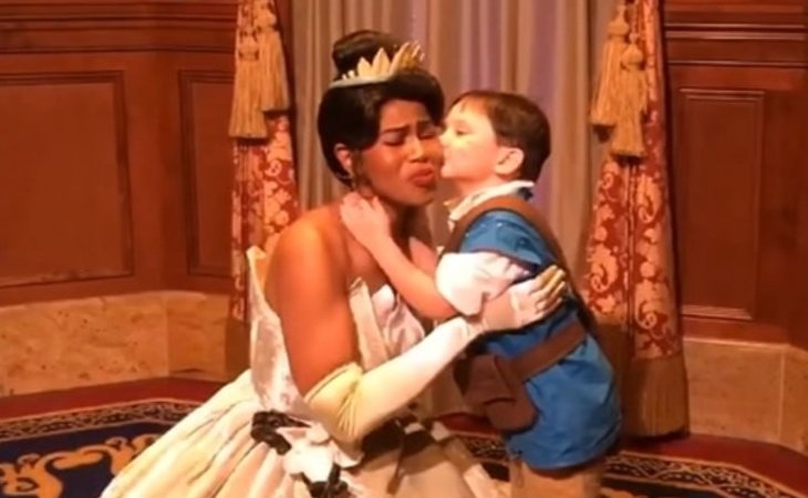 El pequeño Jack junto a Tiana, una princesa Disney