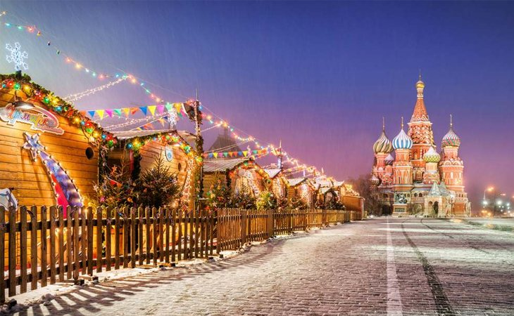 La Plaza Roja de Moscú acoge cada año una feria navideña que se llena de pintorescos puestos, además de numerosas atracciones para los más pequeños | Fuente: Radisson Blu