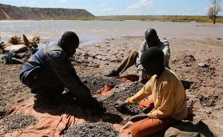 Los menores se ven obligados a trabajar en las minas de cobalto en condiciones completamente precarias