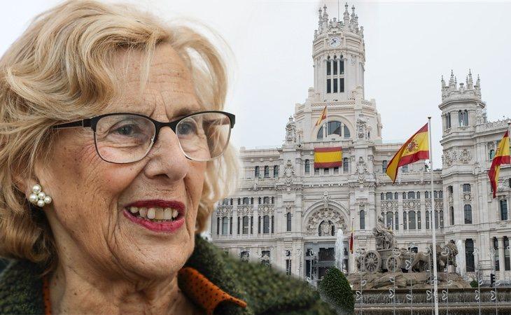 Manuela Carmena, durante sus últimos cinco meses como alcaldesa de Madrid, empleó 3.200 euros en banderas