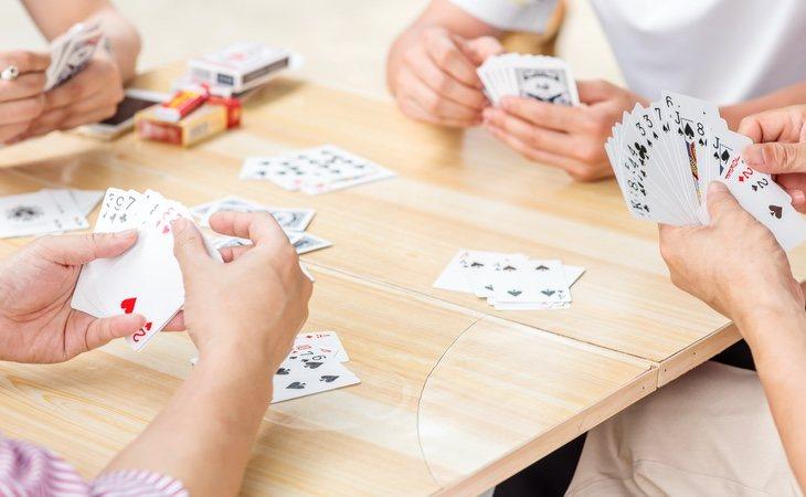 Juegan a cartas y dados para determinar quién tendrá suerte durante el año siguiente