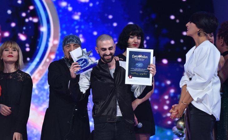 Tornike Kipiani recibiendo el trofeo en el 'Georgian Idol'