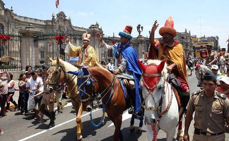 Cabalgata de Reyes Magos en Perú
