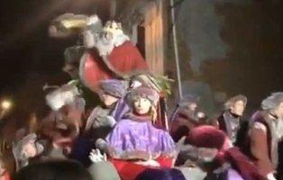 Pánico en la Cabalgata: el rey Melchor de Terrasa se lía a 'caramelazos' con el público