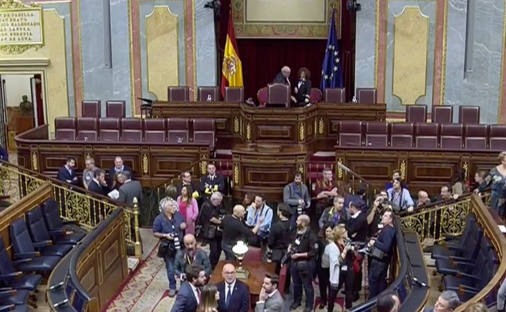 Los diputados empiezan a tomar posesión de sus escaños. Los barones socialistas acuden como invitados, en plena ronda de llamadas para minar los ...