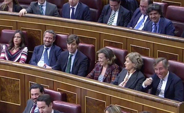 La bancada de la derecha empieza a cortar con gritos el discurso de Sánchez en el minuto 10. La presidenta del Congreso demanda silencio