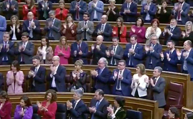 Sánchez termina su discurso con el aplauso de la bancada socialista y morada