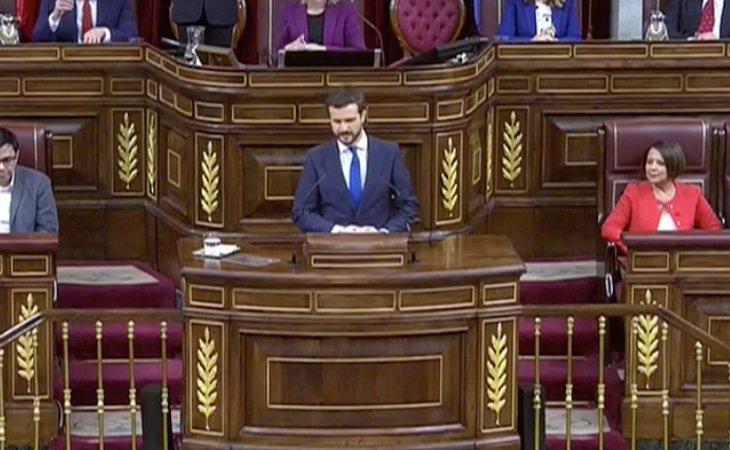 Llega el líder del PP, Pablo Casado. Invoca la Constitución y la figura del Rey Felipe VI. La bancada le jalea y grita 'vivas al rey' en varias ...