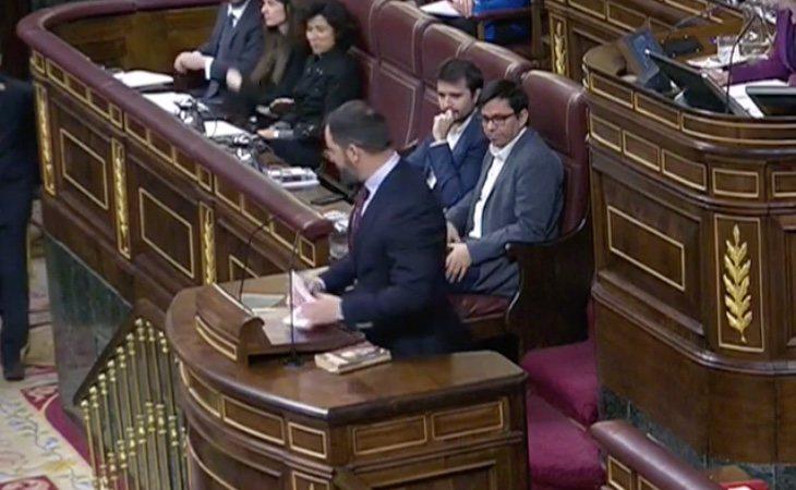 Llega el líder de VOX, Santiago Abascal. Cita el 'repugnante asesinato de un hombre contra su mujer y su hija de tres años' para pedir la ...