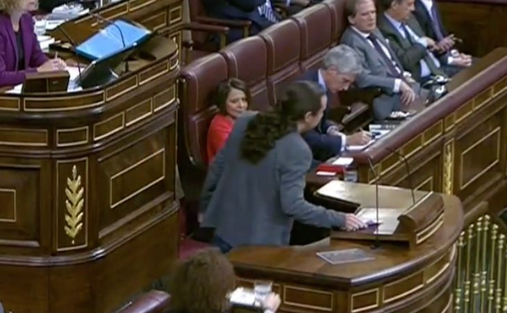 Llega Pablo Iglesias. Recibe el aplauso de la bancada del PSOE. Viste el pin de 'Agenda 2030' que han portado todos los ministros durante los ...