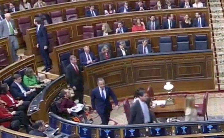 Los diputados de VOX abandonan el hemiciclo ante la intervención de EH Bildu