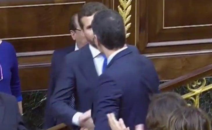 Pablo Casado felicita a Pedro Sánchez tras ser investido como presidente del Gobierno. Gritos de '¡Sí, se puede!' en el hemiciclo