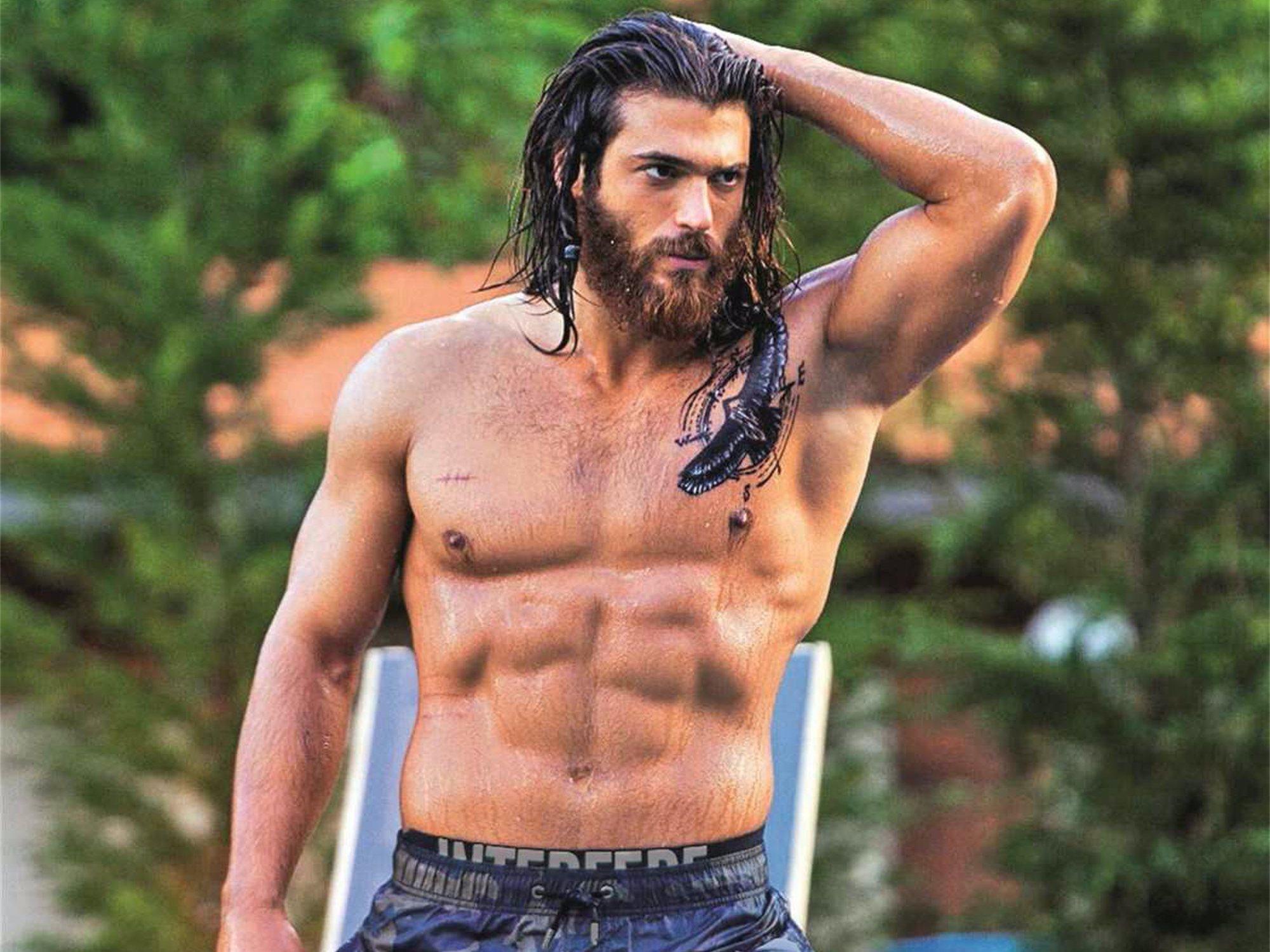 Can Yaman se corta la melena y se quita la barba y es idéntico a Pedro Sánchez