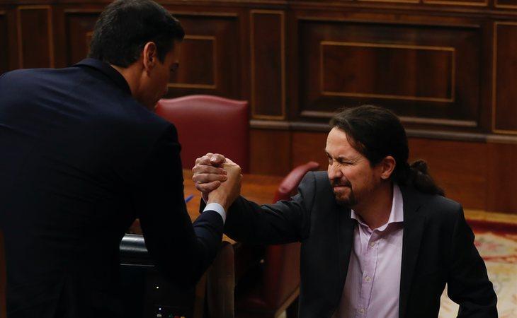 Pedro Sánchez y Pablo Iglesias durante el debate de investidura