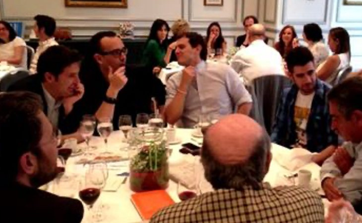 Fotografía del encuentro entre Albert Rivera, AuronPlay y otras personalidades