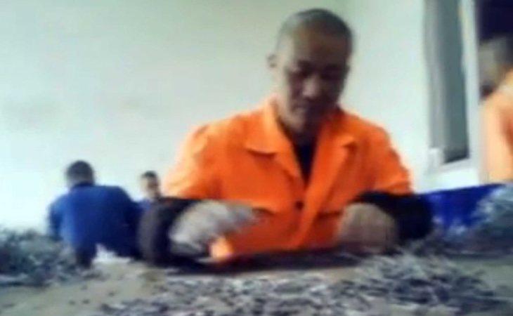 Un prisionero detenido en un campo de concentración, en un vídeo publicado por activistas