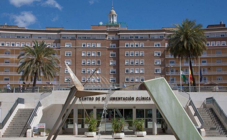 La joven espera a ser atendida en el Hospital Universitario Virgen del Rocío de Sevilla