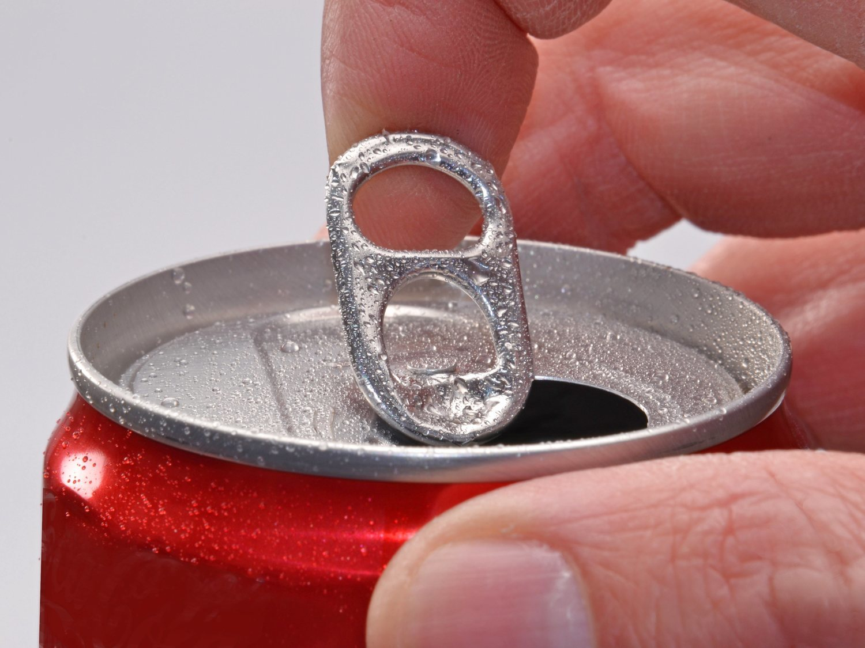 La desconocida función de las anillas de las latas: así tenemos que accionarlas realmente
