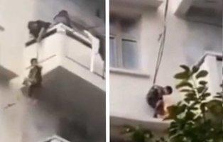 Cuelgan a su nieto de siete años desde el balcón de un quinto piso para rescatar al gato