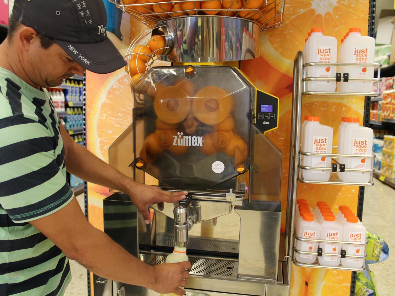 Los zumos de naranja recién exprimidos más baratos del supermercado, según la OCU