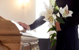 A punto de ser enterrada viva por una negligencia médica: se despertó en pleno funeral