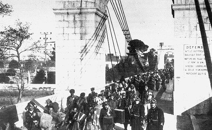Inmigrantes españoles cruzando el puente de Boulou en 1939 | Fuente: Biblioteca Cervantes