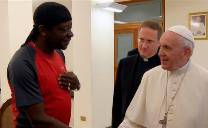Momento en el que Stephen K. conoce al Papa Francisco