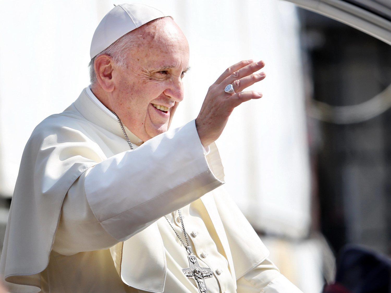"""El papa dice que quien rechaza a los homosexuales """"no tiene corazón humano"""""""