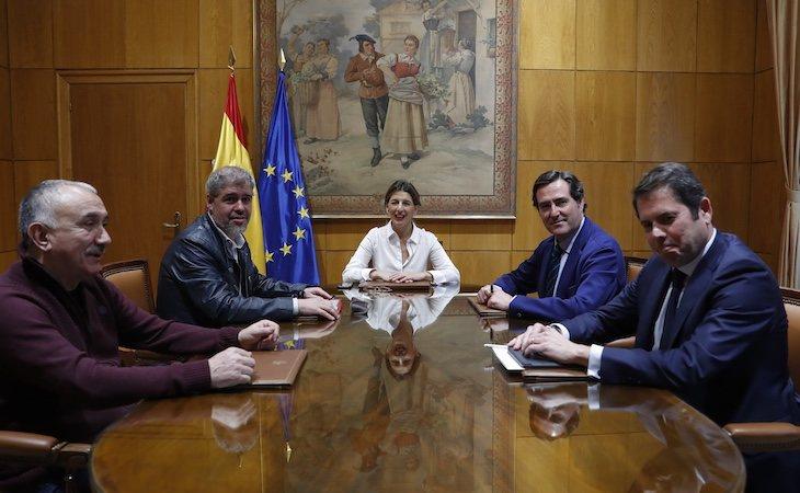 El Gobierno ha conseguido retomar el diálogo con los sindicatos y la patronal