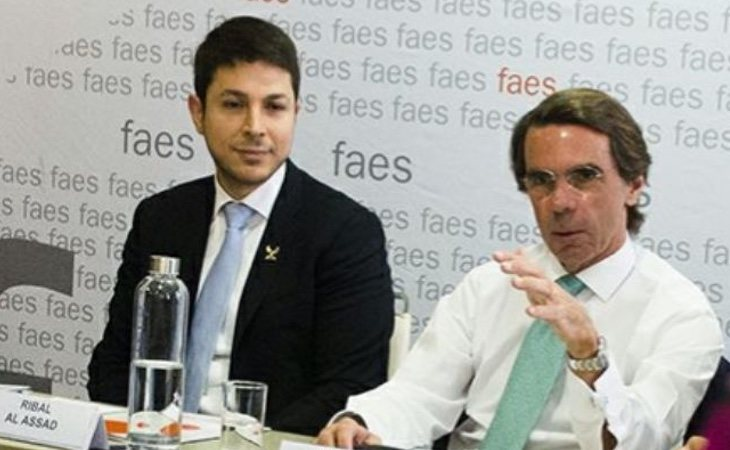 Aznar, en un encuentro en Faes con el primo del dictador sirio Bashar Al Assad e hijo del carnicero de Hama, en 2016: la guerra ya había dejado más de 300.000 muertos