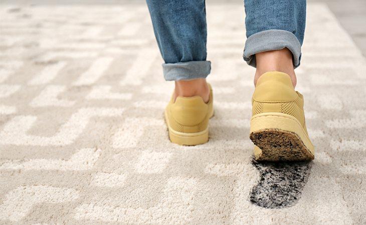 Quitarse los zapatos antes de entrar en casa es una costumbre en la mayoría de países del mundo debido a la suciedad que se introduce de la calle a través de las suelas de los zapatos