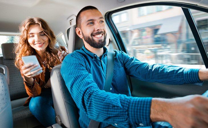 Esta escena nunca tendría lugar en países como Australia, donde el cliente, en caso de viajar solo, ha de sentarse en el asiento del copiloto