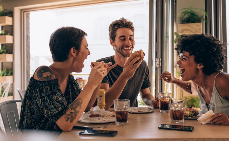 Dejar limpio el plato en ciertos países orientales significa que el anfitrión no ha sabido medir la cantidad de comida adecuada para sus comensales